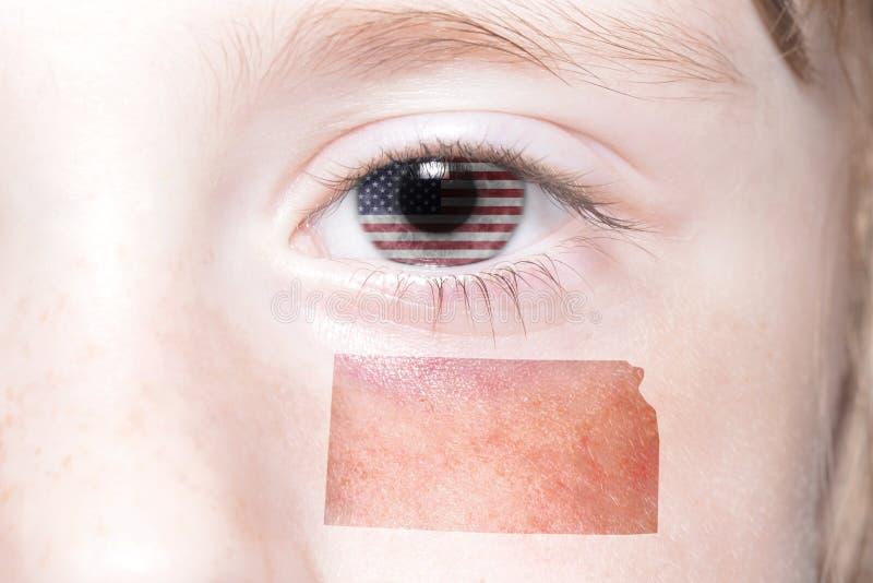 Menschliches ` s Gesicht mit Staatsflagge von Staaten von Amerika und Kansas geben Karte an stockfotografie