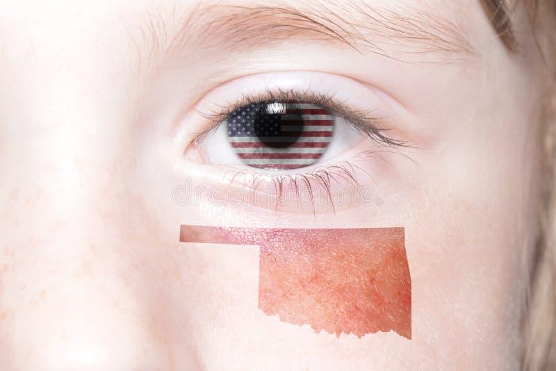 Menschliches ` s Gesicht mit Staatsflagge von Staaten von Amerika und Oklahoma geben Karte an stockfotografie