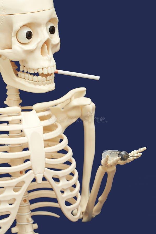 Menschliches Skelett, das Drogen - Tod raucht und verwendet lizenzfreie stockbilder