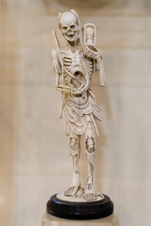 Menschliches Skelett-kleine Statuette gemacht von keramischem stockfotografie