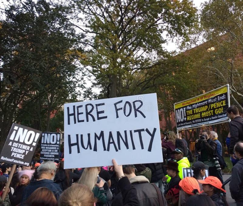 Menschlichkeit, Zeichen an einer politischen Sammlung, Washington Square Park, NYC, NY, USA lizenzfreies stockbild