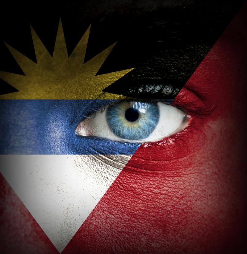 Menselijk die gezicht met vlag van Antigua en Barbuda wordt geschilderd stock afbeeldingen
