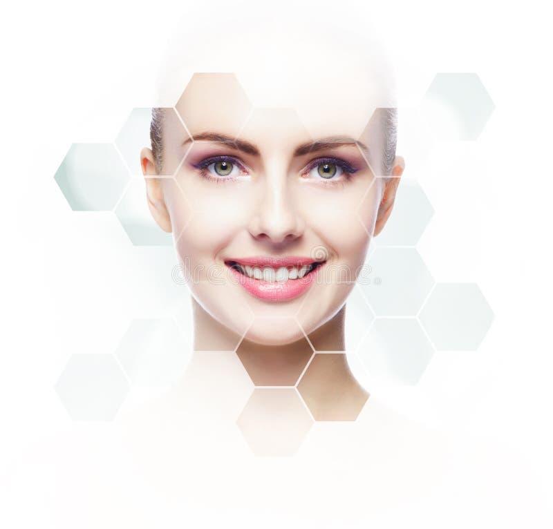 Menselijk gezicht in honingraat Jong en gezond meisje in plastische chirurgie, geneeskunde, kuuroord en gezichts het opheffen con stock afbeelding
