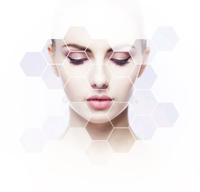 Menselijk gezicht in honingraat Jonge en gezonde vrouw in plastische chirurgie, geneeskunde, kuuroord en gezichts het opheffen co stock fotografie