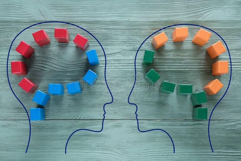 Menselijk hersenenconcept Kleurrijke vormen van abstracte hersenen voor concept idee en groepswerk Het verschillende denken Creat stock afbeelding