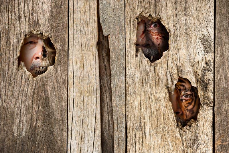 Menselijk karakter in houten greep royalty-vrije stock fotografie