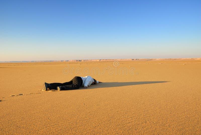 Menselijk lichaam in de woestijn royalty-vrije stock foto's