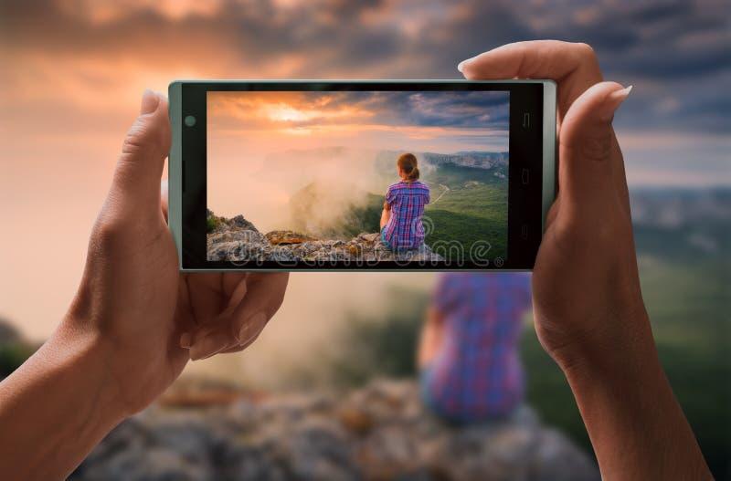 Menselijk neem een beeld van meisje in een bergvallei royalty-vrije stock foto's
