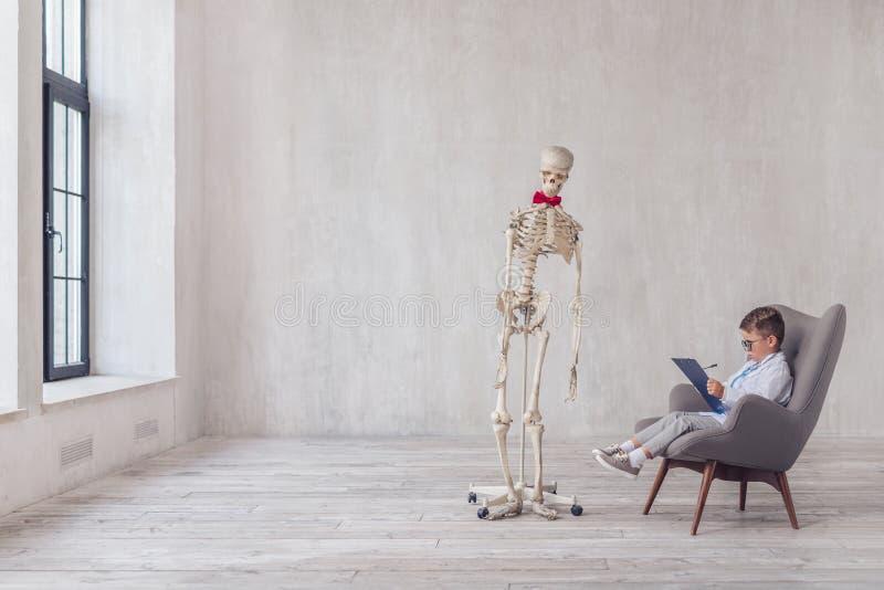 Menselijk skelet met een bezoek royalty-vrije stock foto's
