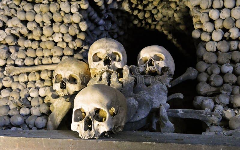 Menselijke beenderen en schedels in Ossuarium in Kutna Hora royalty-vrije stock afbeelding