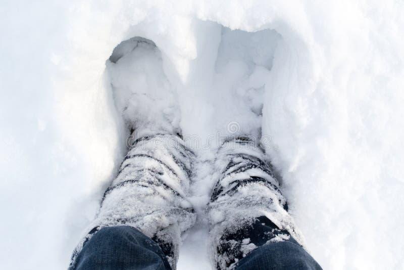 Menselijke benen in de winter, witte, losse sneeuw stock foto's
