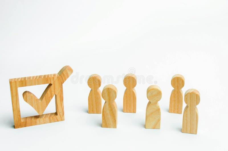 menselijke cijferstribune samen naast een tik in de doos Het concept verkiezingen en sociale technologieën De vrijwilligers, part stock afbeelding