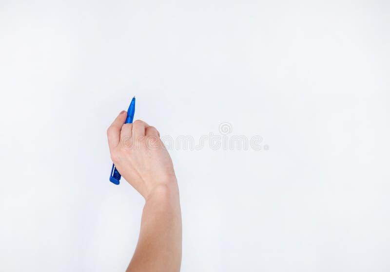 Menselijke hand die blauwe ballpoint houden royalty-vrije stock foto's