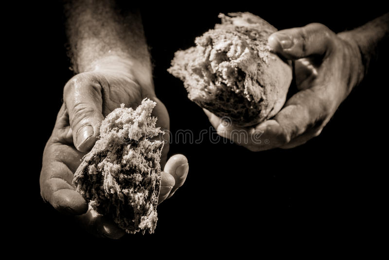 Menselijke Hand die een stuk van brood geeft stock afbeeldingen