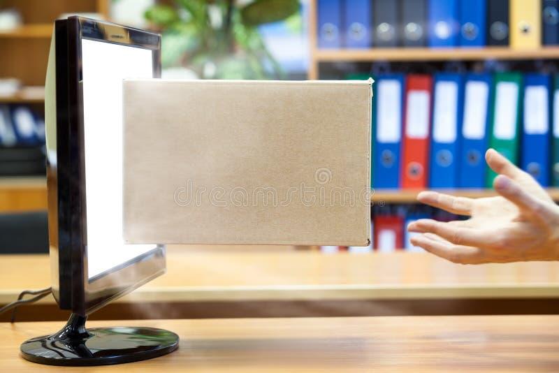 Menselijke handen die kartondoos van de witte heldere monitor vangen stock afbeelding