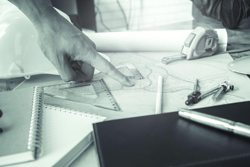 Menselijke handen die met documenten werken stock fotografie