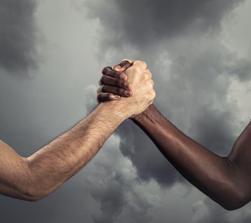 Menselijke handen tussen verschillende rassen voor vriendschap - Concept vrede en eenheid tegen racisme royalty-vrije stock afbeeldingen