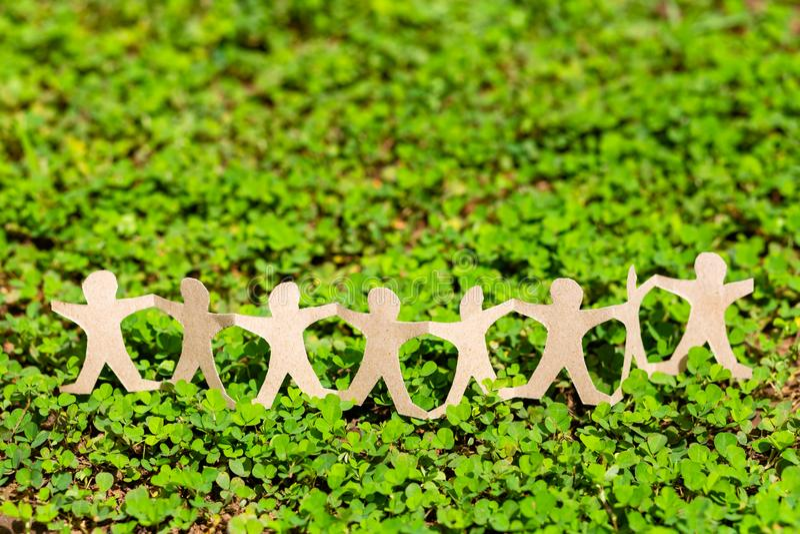 Menselijke Ketting op Groene Installatie royalty-vrije stock fotografie