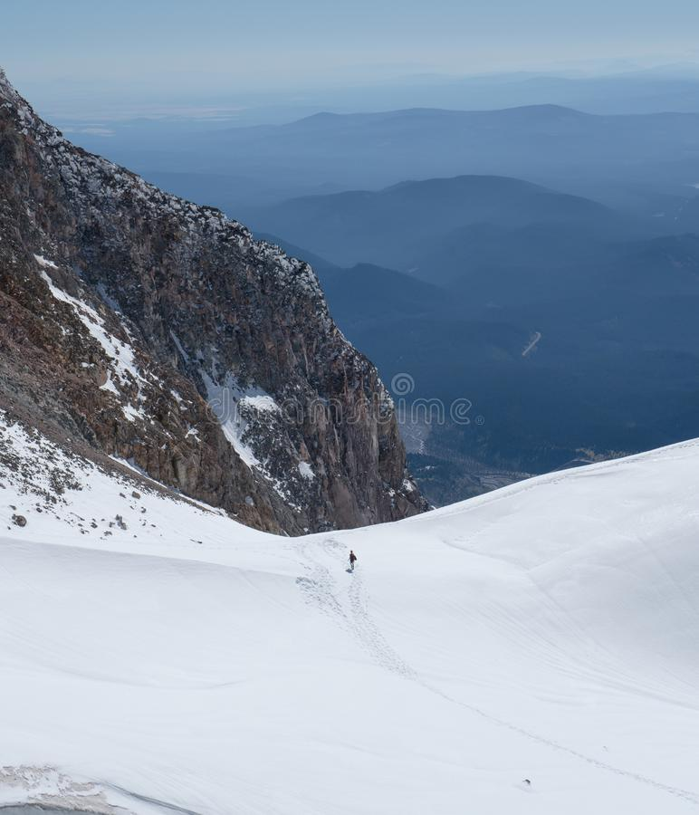 Menselijke ` s kijkt als uiterst kleine mieren tegen de enorme gletsjers van MT-Kap terwijl het beklimmen royalty-vrije stock foto