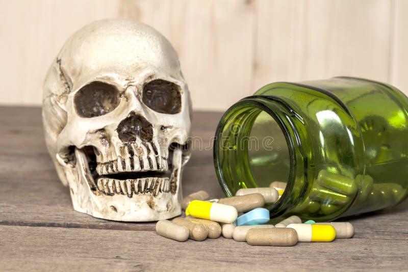 Menselijke schedel en drugs stock foto