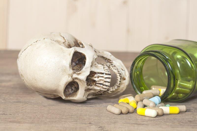 Menselijke schedel met drugs stock afbeelding