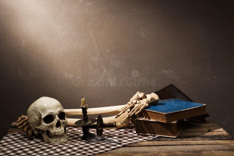 Menselijke schedel op oude houten achtergrond stock afbeelding