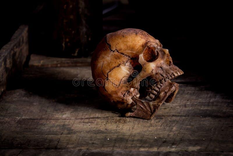 Menselijke schedel op oude houten achtergrond, stock foto