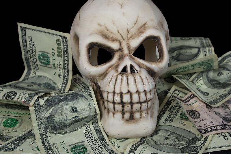 Menselijke schedel in papiergeld stock afbeelding