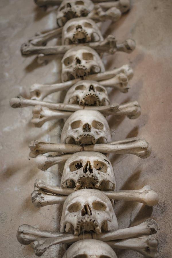 Menselijke schedels en beenderen in een kerk in Kutna Hora Sedlecossuarium Tsjech: Kostnice in Sedci royalty-vrije stock foto's