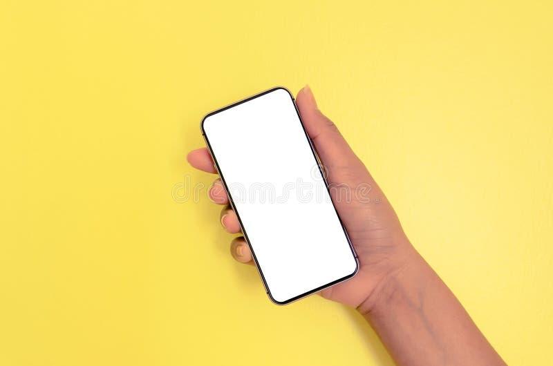 Menselijke smartphone van de handholding met witte het schermachtergrond royalty-vrije stock afbeeldingen