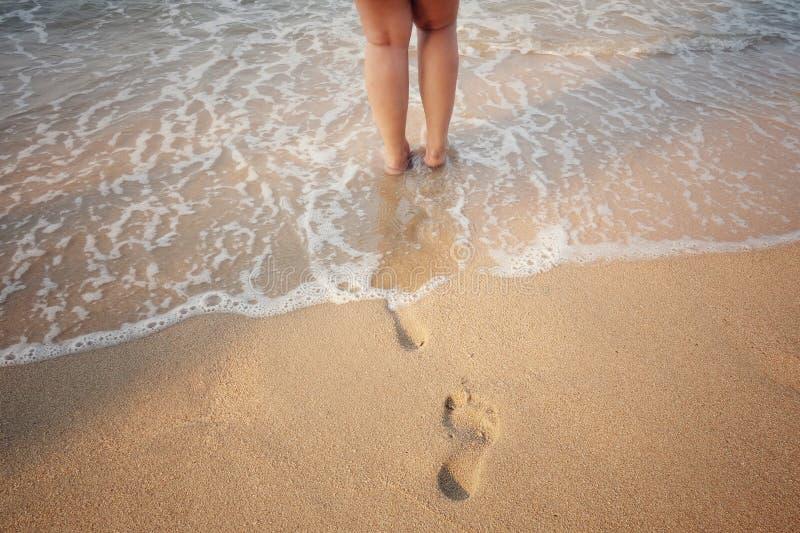 Menselijke sporen op zand stock afbeeldingen