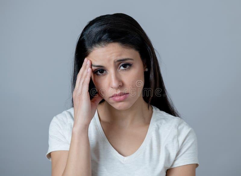 Menselijke uitdrukkingen, emoties Jonge aantrekkelijke vrouw met een gedeprimeerd gezicht, die droevig en ongelukkig kijken royalty-vrije stock afbeelding