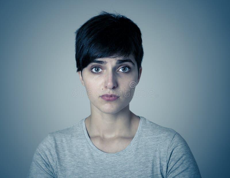 Menselijke uitdrukkingen en emoties jonge aantrekkelijke droevig en gedeprimeerde vrouw Het hoofd rusten op haar hand stock afbeeldingen