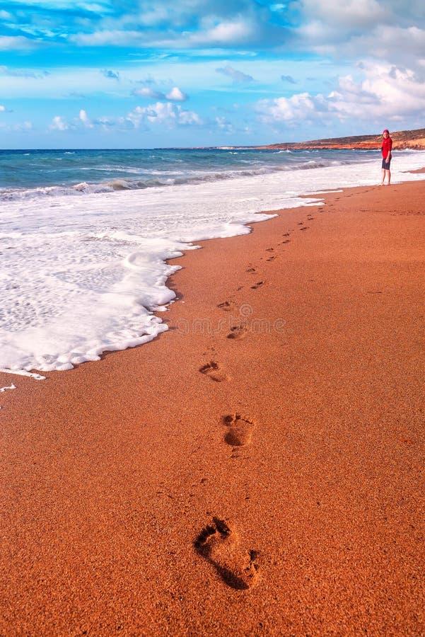 Menselijke voetafdrukken op het zand stock afbeeldingen