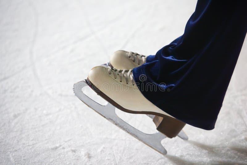 Menselijke voeten in nieuwigheden die zich op ijs bevinden royalty-vrije stock foto's