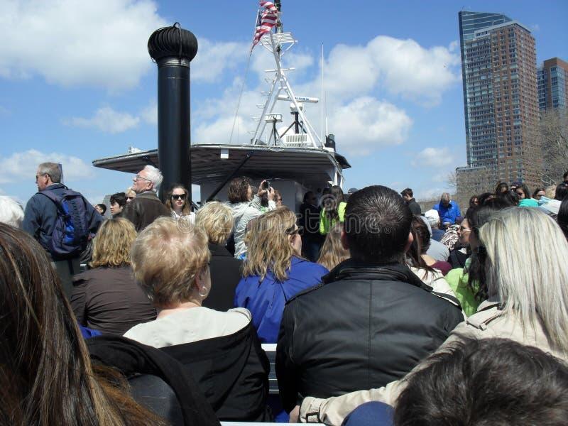 Mensen aan boord van een veerboot van New York stock foto's