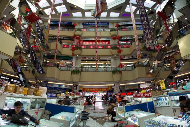 Mensen aan het werk in een reusachtig Chinees elektronisch winkelcomplex in Sha stock fotografie