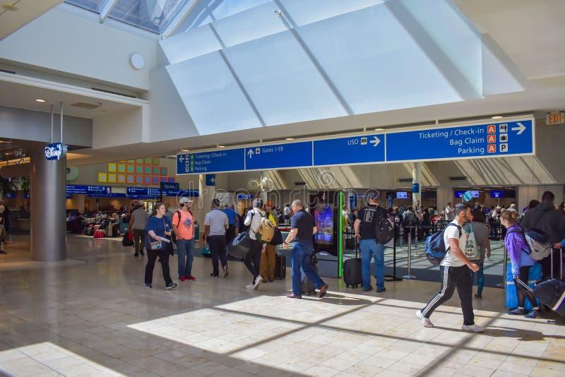 Mensen aan verschillende terminals en hoogste mening van kaartjes en controle blauw teken die in Orlando International Airport 2  stock fotografie