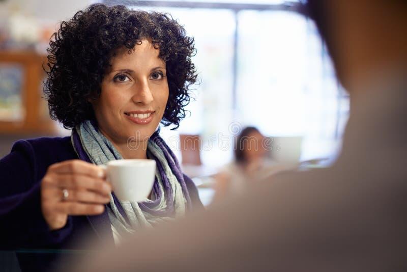 Mensen in bar met vrouw het drinken espresso stock afbeelding