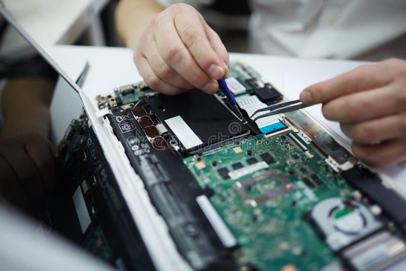 Mensen Bevestigende Delen in Gedemonteerde Laptop stock afbeeldingen