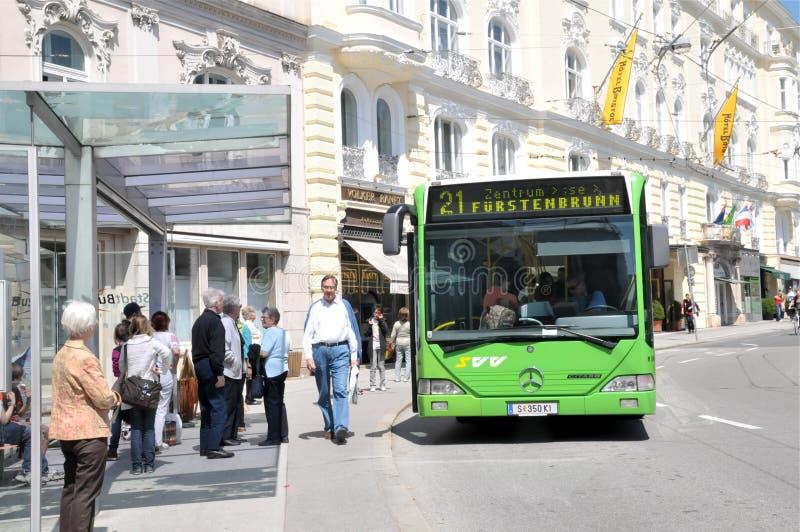 Mensen bij bushalte royalty-vrije stock fotografie