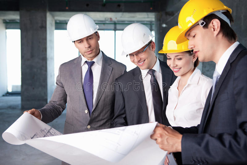 Mensen bij de bouwwerf stock foto's