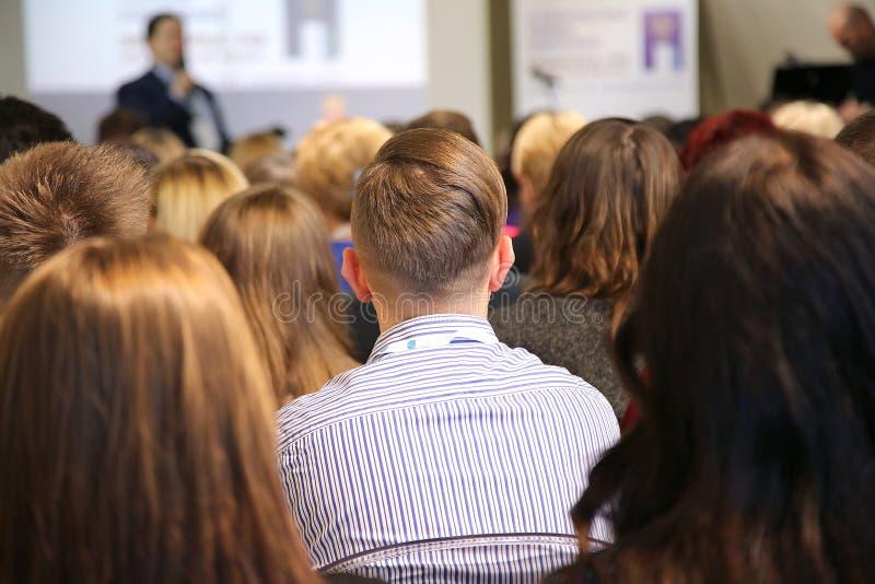 Mensen bij de conferentiezaal stock afbeeldingen