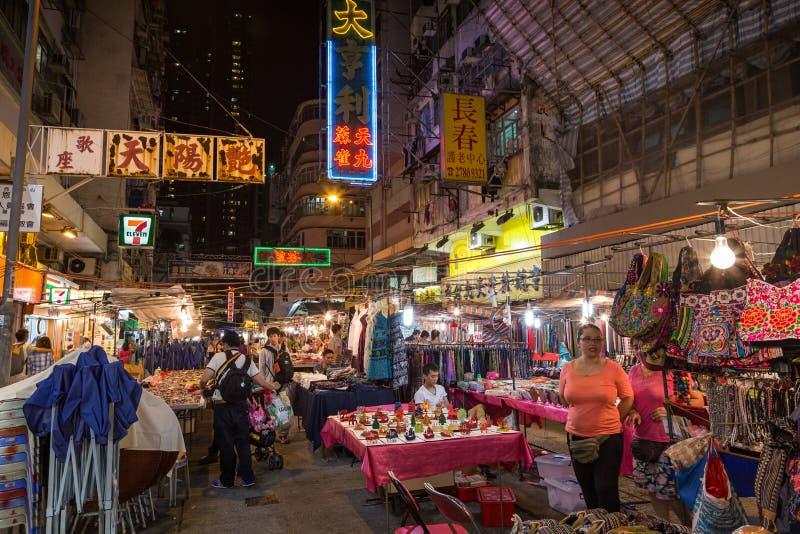 Mensen bij de de Nachtmarkt van de Tempelstraat in Hong Kong bij nacht stock fotografie