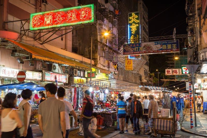 Mensen bij de de Nachtmarkt van de Tempelstraat in Hong Kong bij nacht stock foto's