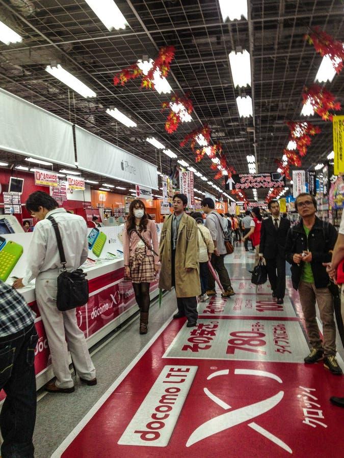 Mensen bij de elektronikawandelgalerij van Yodobashi Akiba stock afbeelding
