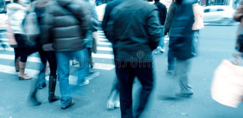 Mensen bij de gestreepte kruising stock foto