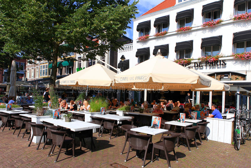 Mensen bij de hoofdstraat van Apeldoorn Markstraat stock fotografie