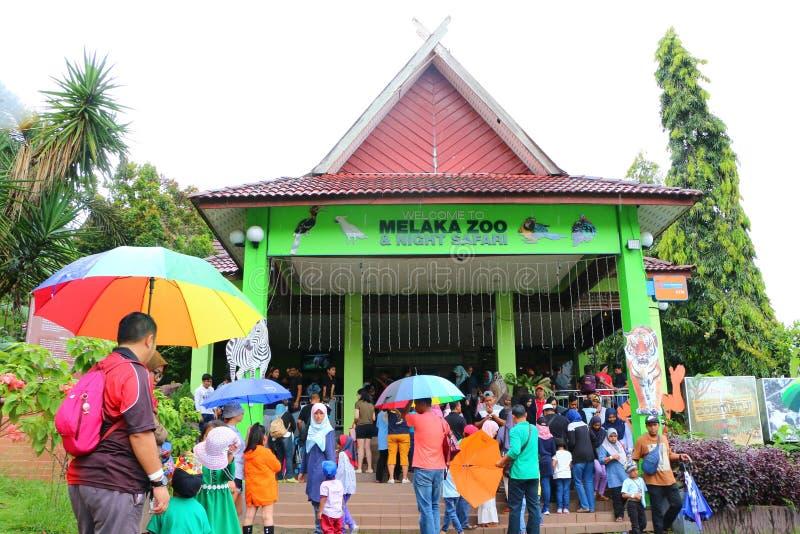 Mensen bij de ingang van Melaka-Dierentuin Het is de tweede - grootste Dierentuin in Maleisië royalty-vrije stock fotografie