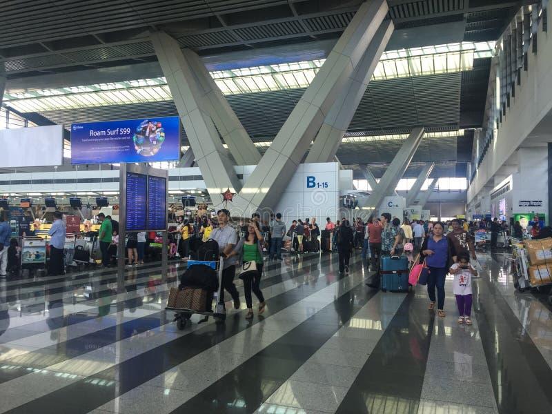 Mensen bij de luchthaven in Manilla, Filippijnen stock foto's